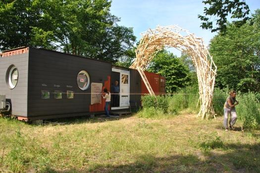 Container mit Skulptur von Perr Holthuizen